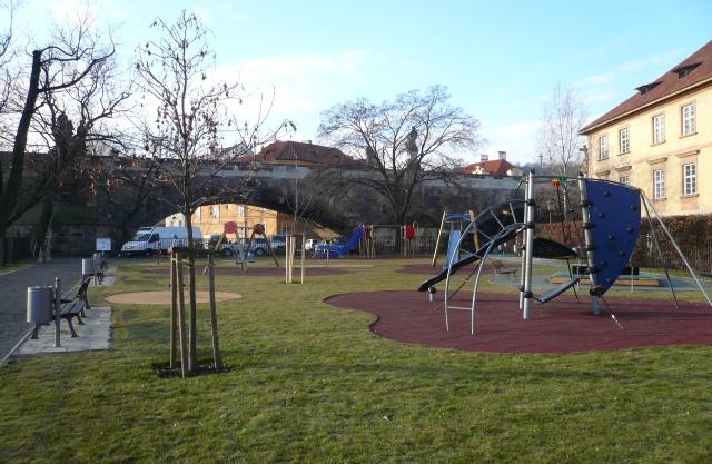dětské hřiště pod Karlovým mostem